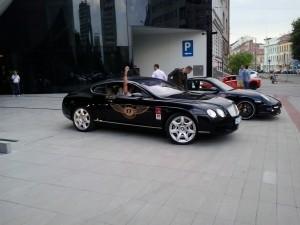 Bentley přijíždí