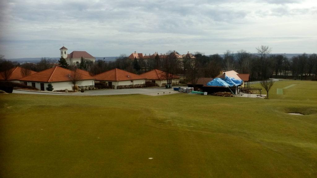 slavkovský zámek pohledem z věže na golfovém hřišti